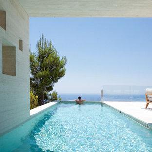 Imagen de piscina alargada, moderna, de tamaño medio, rectangular