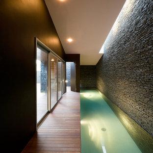 Modelo de piscina actual, pequeña, rectangular y interior, con entablado
