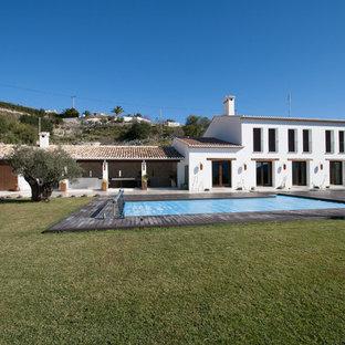 Diseño de piscina natural, mediterránea, rectangular, con entablado