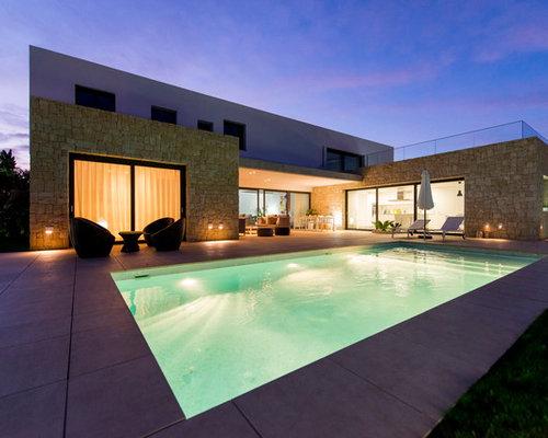 Foto de casa de la piscina y piscina alargada actual de tama241o