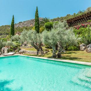 Foto di una grande piscina mediterranea rettangolare
