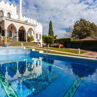 Foto de piscina mediterránea, a medida, en patio delantero