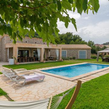 Construcción de piscina, baños exteriores, jardines y muros de piedra