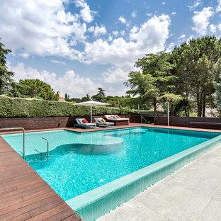 Imagen de piscina contemporánea, de tamaño medio, rectangular, con entablado