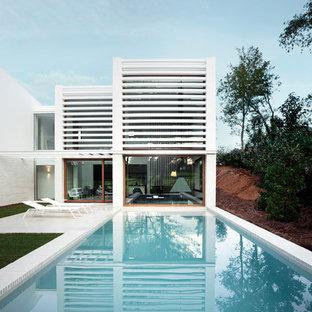 Ejemplo de piscina alargada, minimalista, grande, rectangular, en patio trasero