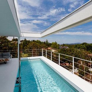 Imagen de casa de la piscina y piscina alargada, contemporánea, de tamaño medio, rectangular, en azotea