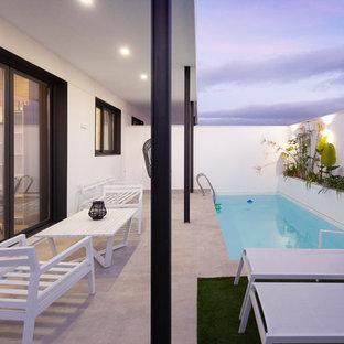 Diseño de casa de la piscina y piscina alargada, minimalista, pequeña, rectangular, en patio trasero