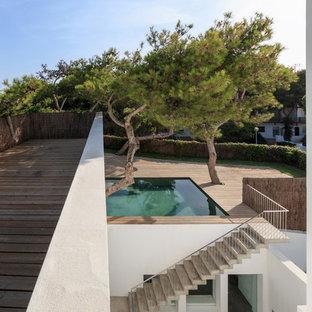 Ejemplo de casa de la piscina y piscina alargada, contemporánea, pequeña, rectangular, en azotea, con entablado