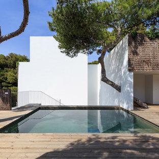 Foto de piscina contemporánea, pequeña, rectangular, con entablado