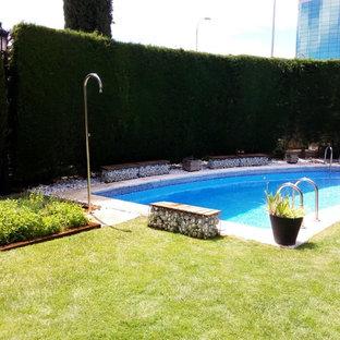 Ejemplo de casa de la piscina y piscina alargada, tradicional renovada, de tamaño medio, rectangular, en patio delantero