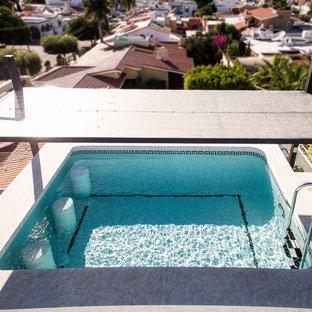 Imagen de piscina elevada, tropical, de tamaño medio, rectangular, en azotea, con granito descompuesto