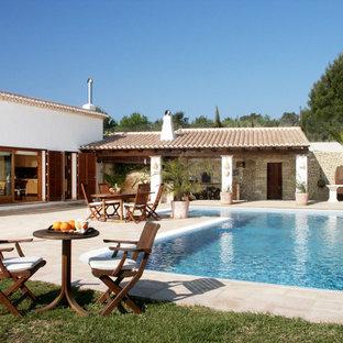 Imagen de piscina mediterránea, grande, rectangular, en patio trasero, con adoquines de piedra natural