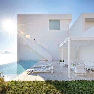 Imagen de piscina infinita, mediterránea, de tamaño medio, rectangular