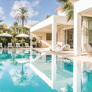 Ejemplo de casa de la piscina y piscina alargada, costera, grande, rectangular, en patio trasero