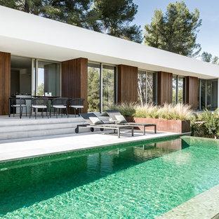 Imagen de piscina infinita, actual, rectangular