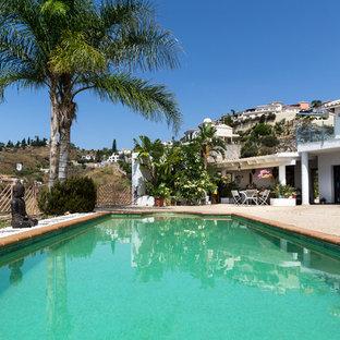 Modelo de piscina alargada, exótica, grande, rectangular, con granito descompuesto