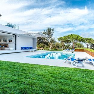 Foto de piscina alargada, mediterránea, de tamaño medio, rectangular, en patio trasero