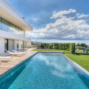 Diseño de piscina infinita, mediterránea, rectangular, con entablado