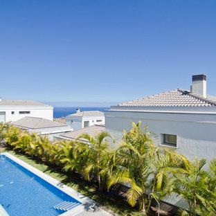Modelo de casa de la piscina y piscina alargada, mediterránea, de tamaño medio, rectangular, en patio delantero