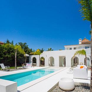 Imagen de piscina con fuente alargada, mediterránea, de tamaño medio, rectangular, en patio trasero