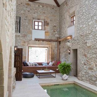 Diseño de piscina con fuente mediterránea, pequeña, rectangular y interior