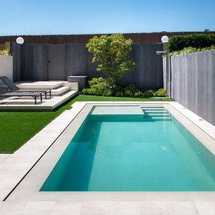 Ejemplo de casa de la piscina y piscina alargada, actual, pequeña, rectangular, con suelo de baldosas