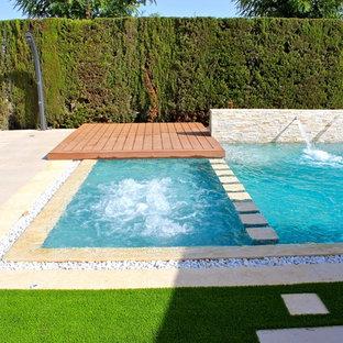 Ejemplo de piscinas y jacuzzis minimalistas, de tamaño medio, a medida, en patio trasero