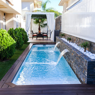 Foto di una piscina monocorsia contemporanea rettangolare di medie dimensioni e nel cortile laterale con pedane