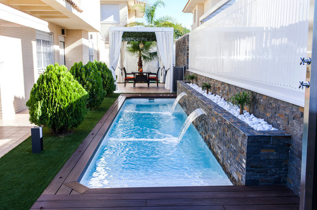 Contemporary Swimming Pool & Hot Tub by Piscinas Lass
