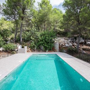 Imagen de piscina mediterránea, de tamaño medio, rectangular
