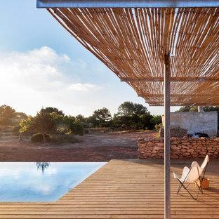 Ispirazione per una piscina monocorsia mediterranea rettangolare di medie dimensioni e davanti casa con una dépendance a bordo piscina e pedane
