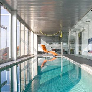 Imagen de casa de la piscina y piscina industrial, de tamaño medio, interior