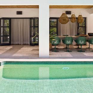 Ejemplo de piscina vintage, grande, en patio delantero