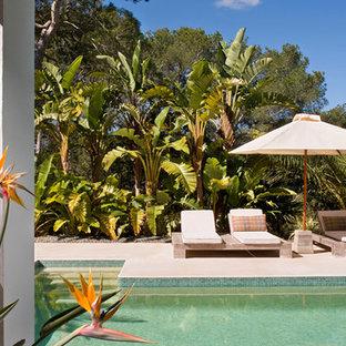 Foto de piscina vintage, grande, en patio delantero