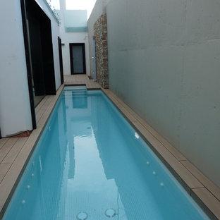 Foto de casa de la piscina y piscina alargada, minimalista, pequeña, en patio trasero