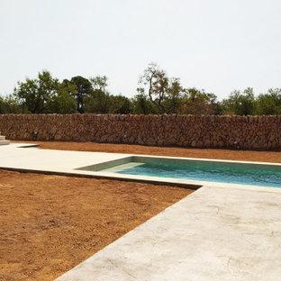 Modelo de piscina mediterránea, rectangular, en patio, con privacidad y suelo de hormigón estampado
