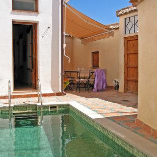 Imagen de piscina pequeña, rectangular, con suelo de baldosas
