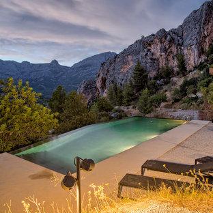 Imagen de piscina infinita, rústica, grande