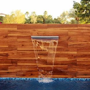 Imagen de piscina con fuente alargada, contemporánea, pequeña, rectangular, en patio trasero