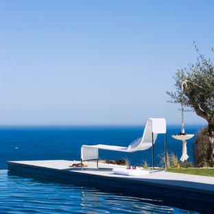 Esempio di una grande piscina a sfioro infinito mediterranea rettangolare dietro casa