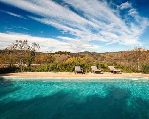 modelo de casa de la piscina y piscina alargada rural grande