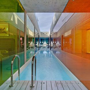 Diseño de casa de la piscina y piscina alargada, contemporánea, pequeña, rectangular y interior, con entablado