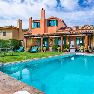 Ejemplo de piscina mediterránea, rectangular, en patio trasero