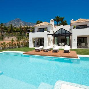 Foto de casa de la piscina y piscina alargada, contemporánea, de tamaño medio, a medida, en patio trasero