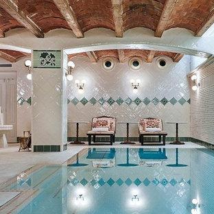 Ejemplo de casa de la piscina y piscina alargada, tropical, de tamaño medio, interior y rectangular