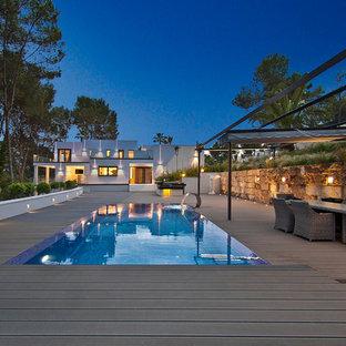 Diseño de piscina alargada, contemporánea, de tamaño medio, rectangular, con entablado