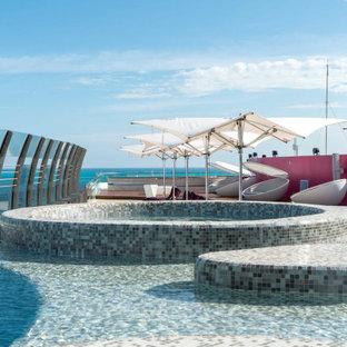 Diseño de piscinas y jacuzzis alargados, actuales, grandes, tipo riñón, en azotea