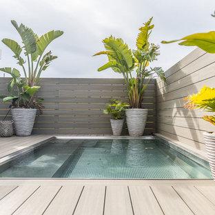 Imagen de piscina alargada, contemporánea, rectangular, en azotea, con entablado