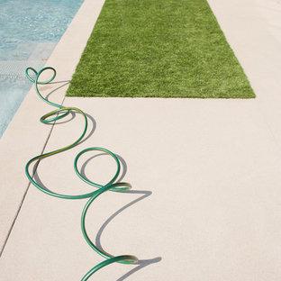 Diseño de piscinas y jacuzzis alargados, contemporáneos, extra grandes, rectangulares, en patio delantero, con suelo de baldosas