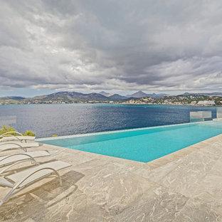 Foto de casa de la piscina y piscina infinita, mediterránea, de tamaño medio, rectangular, en patio delantero